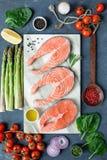 Laxbiffar, kryddor, örter, olivolja och grönsaker Sund matlagningbakgrund royaltyfri bild