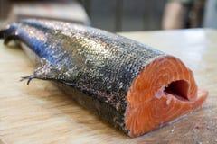 Laxen som är till salu i fisken, shoppar royaltyfri foto