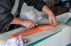 Laxförberedelse för försäljning i Tsukiji Arkivfoto