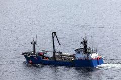 Laxfiskebåten som ställer in ut på Tongass, begränsar på Ketchikan Fotografering för Bildbyråer