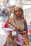 LAXMAN JHULA,印度- 2017年4月15日:有新出生的印地安妇女 库存照片