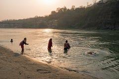 LAXMAN JHULA, ИНДИЯ - 15-ОЕ АПРЕЛЯ 2017: Люди принимают ванну i Стоковые Фотографии RF