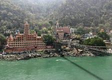 Laxman Jhula bro i Rishikesh, Indien royaltyfri foto