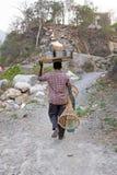 LAXMAN JHULA, INDIA - APRIL 20, 2017: Verkoper met zijn goederen op weg naar huis in India Stock Foto
