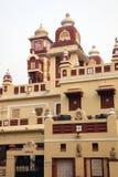 Laxminarayan tempel eller Birlaen Mandir i New Delhi med tecknet av hakkors på framdelen som filmas i Indien i Oktober 2009 Arkivbilder