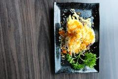 Laxrullsushi med frasigt mjöl och wasabisås med koriander Arkivbild