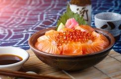 Laxsashimi- och laxfiskrom med ris arkivbild