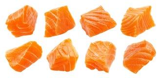 Laxskivor som isoleras på vit bakgrund med urklippbanan, kuber av den röda fisken, ingrediensen för sushi eller sallad arkivfoto