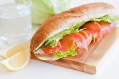Laxsmörgås med grönsallat Royaltyfria Bilder