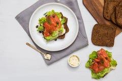 Laxsushi på brödet och salladen Arkivfoto