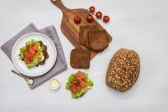 Laxsushi på brödet och salladen Royaltyfri Bild