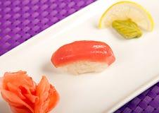 Laxsushi på plattan, citronen, wasabien och ingefäran royaltyfri fotografi