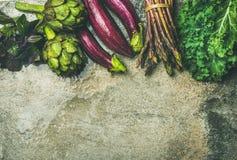 Lay świezi zieleni i purpurowi warzywa, kopii przestrzeń obraz royalty free