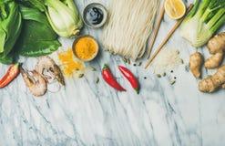 Lay Azjatyccy kuchnia składniki nad marmurowym tłem, kopii przestrzeń zdjęcia stock