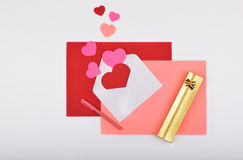 Lay-outvoorwerpen op het onderwerp - de Dag van Valentine ` s Stock Foto