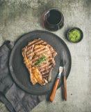 Lay Piec na grillu oka wołowiny stek na kości, kopii przestrzeń Obrazy Stock