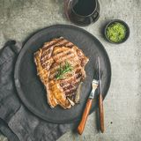Lay Piec na grillu oka wołowiny stek na kości, kwadratowa uprawa Zdjęcie Royalty Free