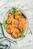 Lay pomarańcze, kiszona cebula i kapar sałatka, fotografia stock