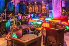 Layali har den arabiska restaurangen i den Gorky Gorod semesterorten i Sochi autentisk inredesign med modernt orientaliskt möblem royaltyfria foton