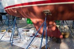 Layar fresco de la pintura en la parte inferior del barco renovación del barco Imagen de archivo libre de regalías