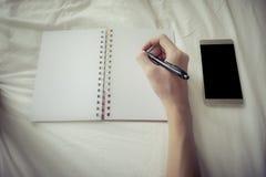 Laydown бизнесмена на ручке удерживания кровати и руки для работать внутри Стоковая Фотография RF