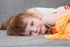 Layig di Childdren sul sofà Fotografia Stock