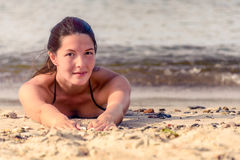 Laying modelo femenino hermoso en arena Fotos de archivo