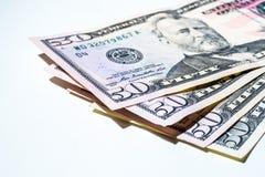 Layingon de cincuenta billetes de dólar un fondo blanco Foto de archivo