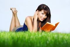 lays för bokgräsgreen läser kvinnan royaltyfria bilder