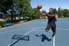 Layup del baloncesto imagen de archivo