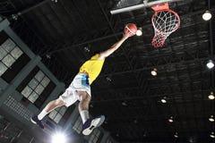 Layup del jugador de básquet para la cuenta foto de archivo
