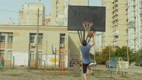 Layup di pratica dell'uomo sparato sul campo da pallacanestro