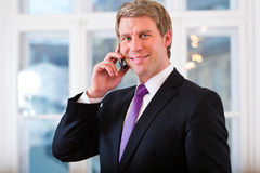 Laywer ή Businessperson στην αρχή στο τηλέφωνο Στοκ εικόνες με δικαίωμα ελεύθερης χρήσης
