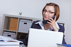 Laywer en oficina en el teléfono Imagenes de archivo