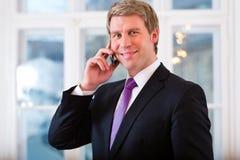 Laywer lub biznesmen w biurze na telefonie Obrazy Royalty Free