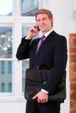 Laywer lub biznesmen w biurze na telefonie Zdjęcie Stock