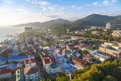 LAZAREVSKOE, SOCHI, KRASNODAR region, LIPIEC 5, 2017: Widok plaża, park rozrywki i centrum Lazarevskoe miasto, Sochi, przy su obraz royalty free