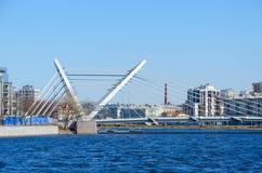Lazarevsky câble-est resté le pont à travers Malaya Nevka River, St Petersburg, Russie images stock