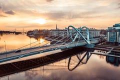 Lazarevskybrug in St. Petersburg Kabel-gebleven Lazarevsky-Brug in Sant Petersburg een zonsondergang, Rusland stock foto