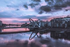 Lazarevskybrug in St. Petersburg Kabel-gebleven Lazarevsky-Brug in Sant Petersburg een zonsondergang, Rusland stock fotografie