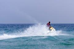 Lazer ativo na água do mar na competição do aquabike foto de stock royalty free