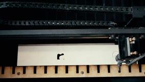 Lazer graving machine bij video van de het werk de hoge hoek stock videobeelden