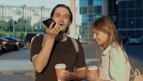Lazer, tecnologia, comunicação e conceito dos povos - o homem novo e a mulher que usam a voz comandam o ajudante do registrador o filme