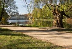 Lazienki (巴恩)皇家公园 宫殿的看法水的 库存照片