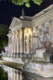 Lazienki slottyttersida på natten i Warszawa, Polen Royaltyfria Bilder
