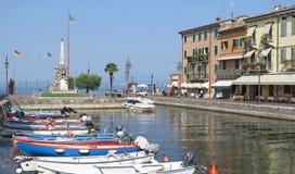 Lazise hamn, italienska sjöar royaltyfria bilder