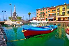 Lazise turkoshamn och Lago di Garda sikt royaltyfri bild