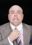 Lazo apuesto de la fijación del hombre de negocios foto de archivo