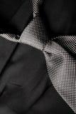 Lazo blanco y negro en la habitación negra Imagenes de archivo