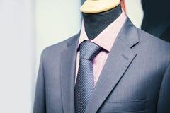 Lazo de la camisa y chaqueta del traje en un maniquí fotografía de archivo libre de regalías